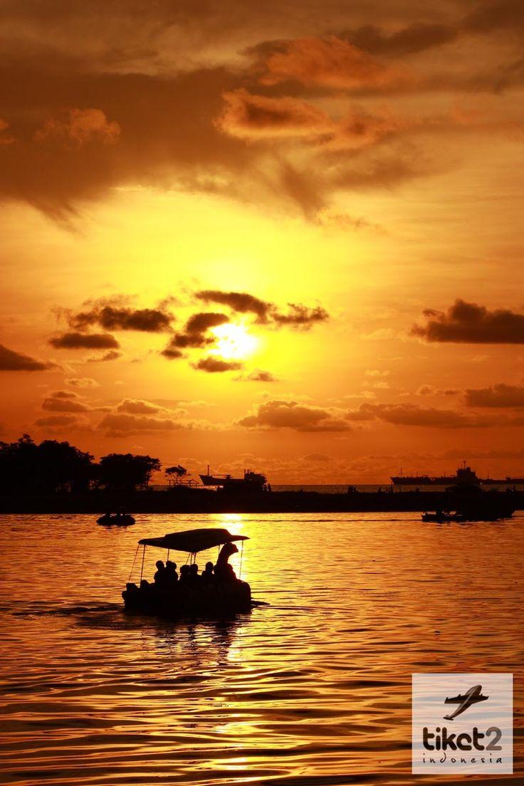 Pantai Losari, murupakan tempat yang sangat Indah untuk menyaksikan sunset :)