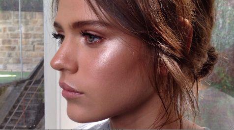 Después de aprender como perfilar y destacar los rasgos de la cara, los maquillistas proponen esta nueva forma de iluminar el rostro. Te contamos cómo recr