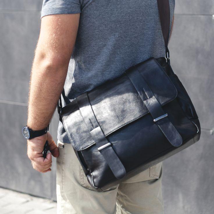 Мужчины тоже любят держать все свои вещи в порядке и, желательно, в одном месте. Поэтому сумка-портфель для них - идеальное изобретение. Насыщенный черный цвет и прочный материал - залог надежности и долговечности аксессуара.