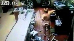 """Una mujer ingresó en toppless y tanga a una sucursal deMcDonald's,enSan Petersburgo, Florida,destruyendo todo lo que se cruzaba a su paso, para después servirse un helado… ¡Sobre su cabeza!. El hecho que fue captado por las cámaras de seguridad de la franquicia de hamburguesas, muestra a la """"dama"""" semidesnuda gritando y golpeando su cabeza contra […]"""