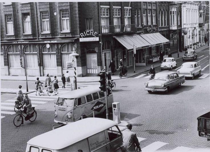Een foto uit collectie van Regionaal Archief Tilburg. Een verdwenen stukje Tilburg uit 1961, met Hotel Riche prominent op de hoek van Heuvel en Heuvelring. De de Heuvelstraat was toen nog een doorgaande weg en via de Korte Heuvel ging het verkeer naar Eindhoven en 's Hertogenbosch. De sloop van Hotel Riche in 1978 is ...lees verder Tilburg uit de oude doos: Heuvel en Hotel Riche 1961
