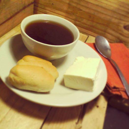 En esta tarde fría ¿te antoja una reconfortante aguapanela caliente con queso? #tipico #hplagranvia #aguapanela