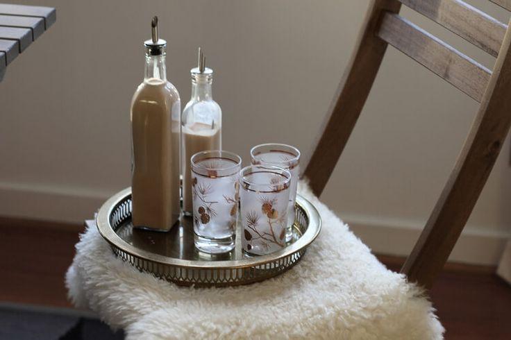 Готовим ликер Бейлиз в домашних условиях: два абсолютно разных рецепта вкусного ирландского ликера на основе спирта, специй, сливок и сгущенки.