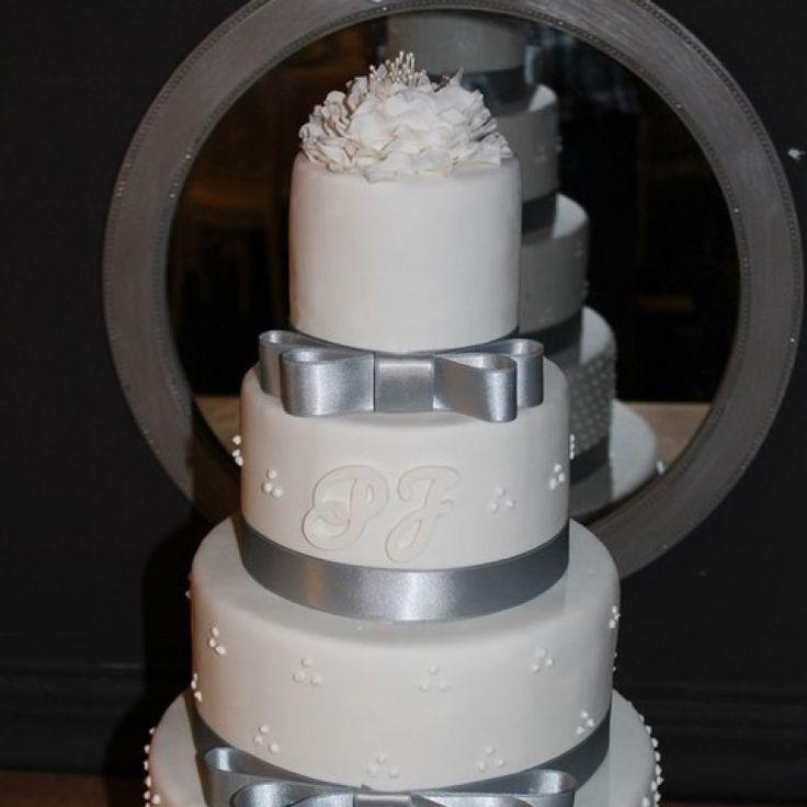 Gâteau de mariage Cake et CupcakeGâteau nœud satin gris© Cake et Cupcake
