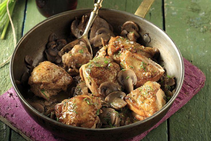 Κοτόπουλο με μανιτάρια και μαυροδάφνη από τον Άκη. Υπέροχη, φοιτητική και εύκολη συνταγή για κοτόπουλο. Σερβίρετε με ρύζι μπασμάτι.