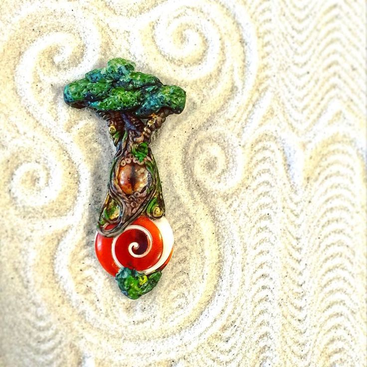 Gli #alberi hanno un volto... hanno un #cuore e hanno #occhi !!! #evileyes  e crescono sui quarzi ... ma anche sulle #conchiglie! Ecco un altro pezzo della mia collezione #fantasystones fotografato nel mio piccolo #giardinozen  #archidee #becreative #bepositive #pastepolimeriche #fimo #cernit #tree #trees #fantasy #eye #eyes #shivashell #shell #instajewelry #whimsical #instafashion #boho #bohochic