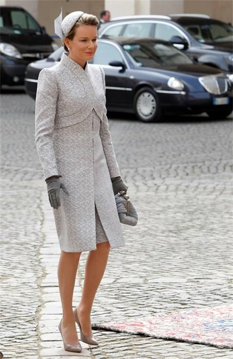 Queen Mathilde wearing a outfit.