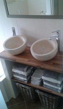 ik heb een kleine badkamer met weinig ruimte over voor een wasmeubel. dit heb ik zelf bedacht met keukenblad van ikea de manden zijn tevens mijn wasmanden