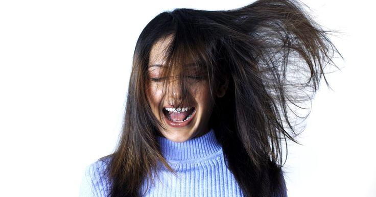 Como tirar a eletricidade estática do seu cabelo. Se você é como a maioria das pessoas, provavelmente deve ter problemas relacionados à beleza e estilo por causa do seu cabelo. Lidar com esse tipo de problema pode ser uma missão difícil em qualquer época do ano, mas é especialmente agravada no inverno e no período de temperaturas baixas, quando a eletricidade estática mais prejudica a aparência ...