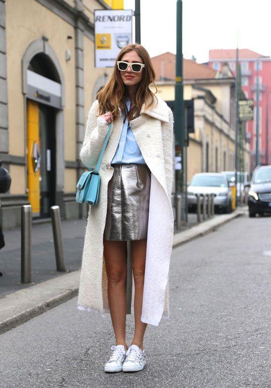 7d0a3c2b785 Юбка-мини серебристого цвета с голубой блузкой белыми кедами и пальто
