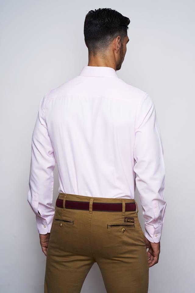 Camisa con un pequeño estampado en relieve de espiga, color rosa suave. Tacto algodón ligero y confortable. Corte slim fit. Cuello italiano. Botón cosido en aspa, ojal y logo bordado color rosa al tono.