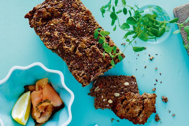 """Lækkert """"rugbrød"""" med kastanjemel og mandler - perfekt til frokosten!"""