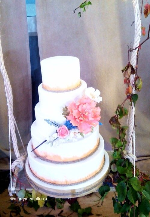 Place your cake on as swing at your rustic wedding.... It looks so cool!