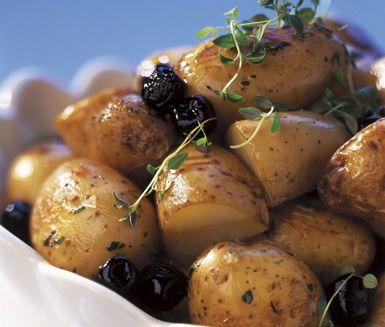 Trivsam ugnsbakad delikatesspotatis med smak av timjan, svarta oliver och olivolja. Ugnspotatis med timjanolja passar bra att servera tillsammans med en grillad köttbit.