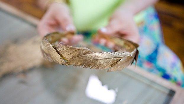 DIY: Maak zelf deze fancy haarband met gouden veren - ENSEMBLE (an-sambel): combinatie, set, verzameling, groep, als geheel sterker