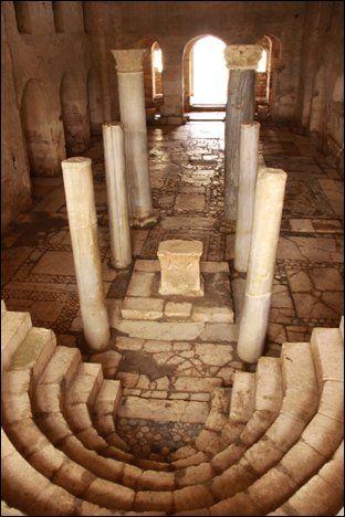 Myra (Demre), Hıristiyan dünyasında Noel Baba diye bilinen Aziz Nicolaus'un piskoposluk ettiği yer olarak tanınmaktadır. Kilise, ölümünden sonra Aziz Nicolaus'un anısına 6. yüzyılda inşa edilmiştir. Antalya