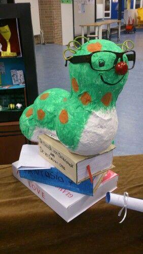 Een knusse klasbib: Boekenwurm voor in de klasbib.
