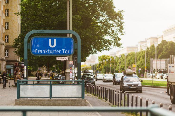 Die U-Bahn-Station Frankfurter Tor der Linie U5 ( An vielen Ecken trifft man Straßenmusiker ( #fhain #friedrichshain #berlin #Wohnen, #Leben, #Nachbarschaft, #Lifestyle,  #Berlin, #Kiez, #Stadtteil, #Bezirk #kiez #metro #subway #street #lifestyle #vsco )
