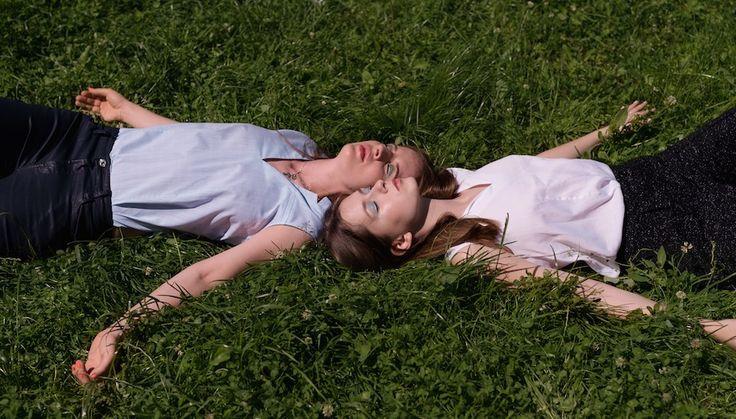 Практика: как носить рубашку, если вы сестры http://www.sncmedia.ru/fashion/praktika-kak-nosit-rubashku-esli-vy-sestry/  У этих сестер легче перечислить различия, чем сходства. Разные отцы, разные континенты, разные фамилии, разные темпераменты, разные профессии, совсем разный стиль. Лиза за время учебы в Антверпене полюбила флуоресцентность и колготки в крупную сетку, Юля носит однотонные юбки в пол и офисную унылость. Совпадают они в любви к одежде авторства своей мамы – oversize-пальто…