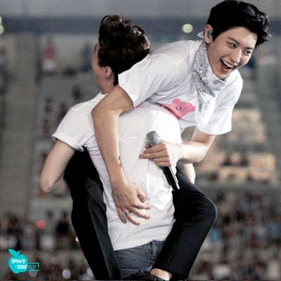 Henry please put Chanyeol down... He's like a six foot giant and you don't even compare XD