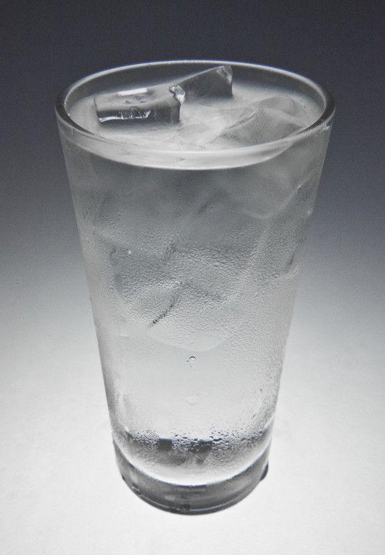 Thời tiết nóng nực chẳng có gì tạo cảm giác hạ nhiệt nhanh bằng được uống nước để trong tủ lạnh hoặc nước pha đá lạnh. Tuy nhiên, thực tế nước lạnh không làm hết khát mà còn gây ảnh hưởng không tốt cho sức khỏe, đặc biệt là với những người bị các bệnh về tiêu hóa, đại tràng.