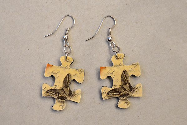 Earrings made of jigsaw puzzle pieces. http://www.minka.fi/palapelikorvakorut-palapelikorvakorut-ilman-helmia-c-36_38_77.html