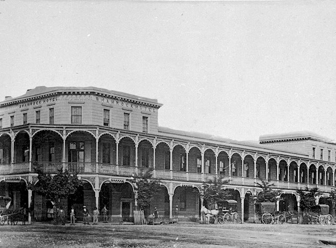 The Shamrock Hotel, Bendigo, with a number of horse-drawn vehicles in front. W H Robinson Studio, 1890