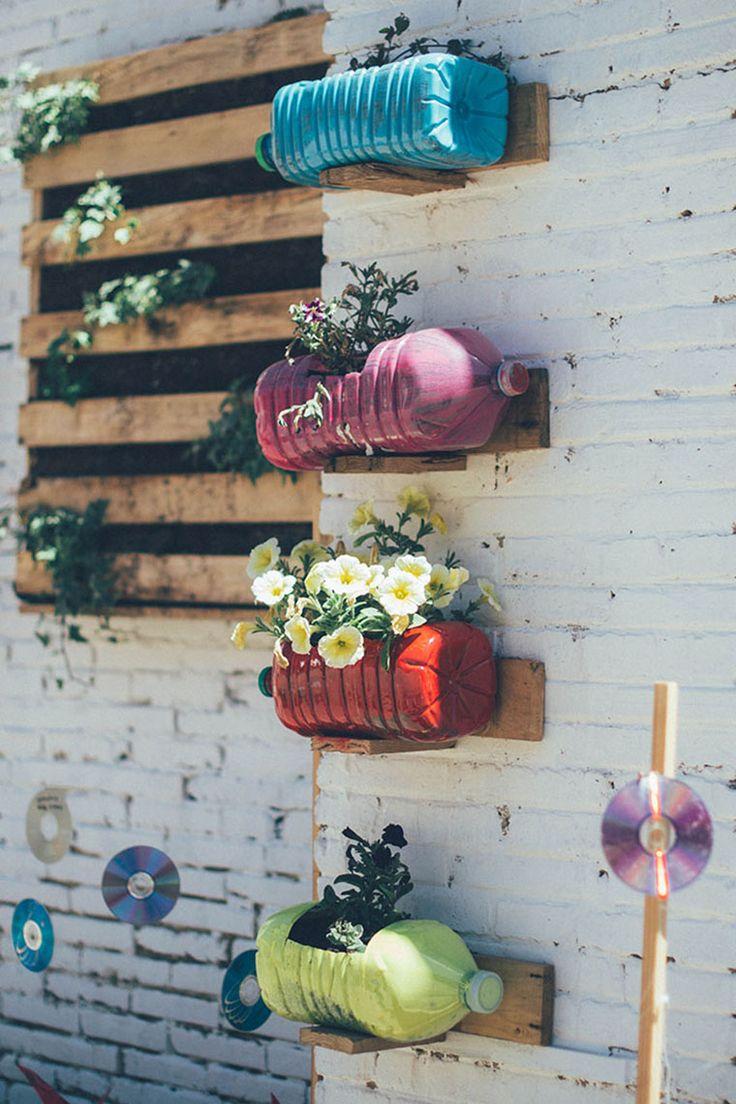 o jardim nas garrafas pet! perfeito para a parede de fora do quarto da Fia no quintal
