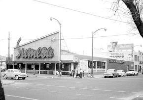 Tienda Sumesa ubicada en Álvaro Obregón y Salamanca, en los límites de la colonia Roma, Ciudad de México.-1961