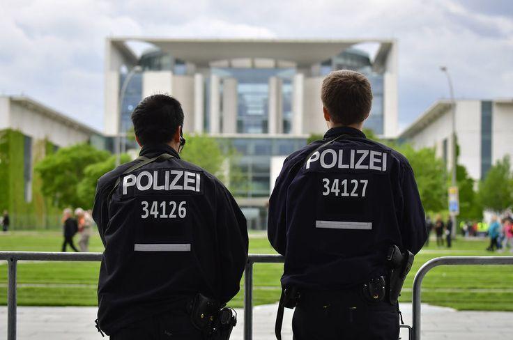 Six jeunes réfugiés et demandeurs d'asile ont été condamnés mardi par un tribunal allemand à des peines ferme ou avec sursis pour avoir tenté de mettre le feu à un sans-abri dans le métro berlinois à Noël. Ces cinq Syriens et un Libyen, âgés de 15 à 21 ans au moment des faits, comparaissaient depuis plus d'un mois devant un tribunal de Berlin. La juge, Regina Alex, a prononcé des condamnations pour coups et blessures volontaires, et non pour ...