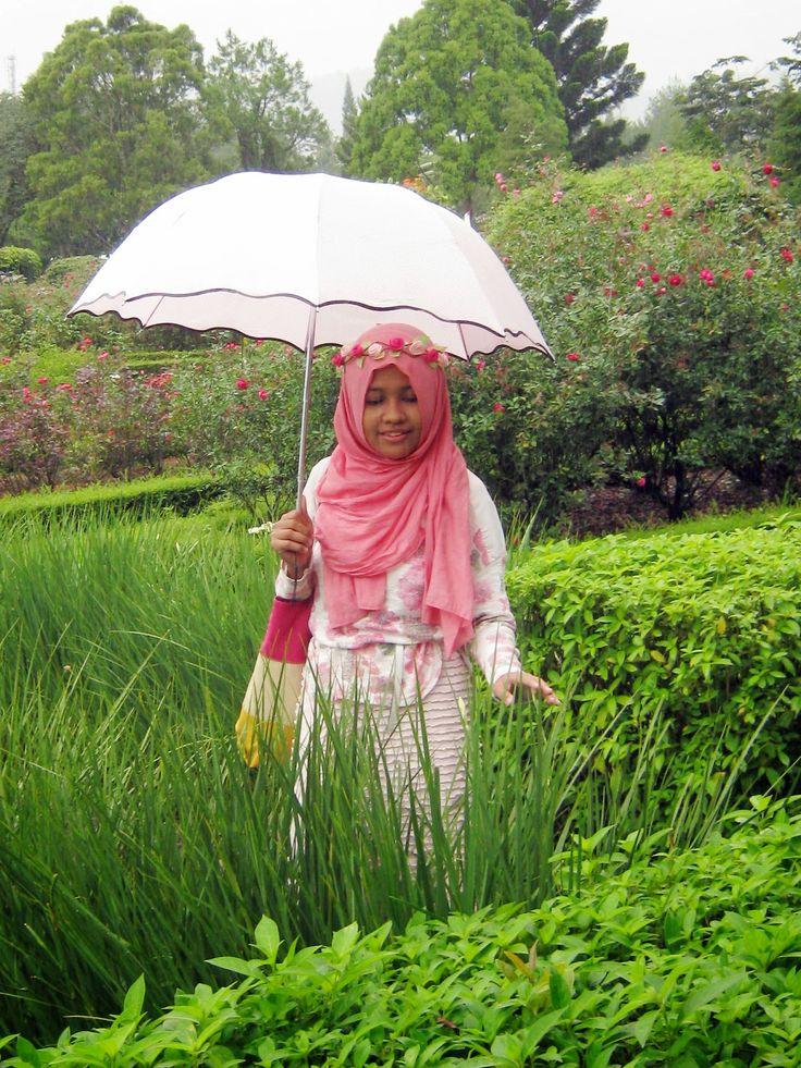 """Di tengah rintik hujan payung warna-warni seperti jamur yang tumbuh subur disirami hujan rintik-rintik."" Celebrate rainy day with a cute umbrella, peeps!"