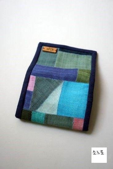 짠~~이번엔 카드지갑입니다.모시로 만들었습니다.바느질 기법은 감침질입니다. 안쪽은 스트라이프형태의 면...