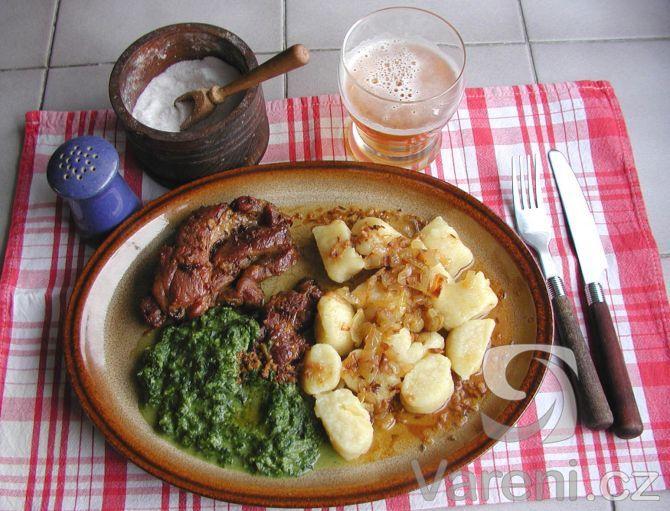 Kdo by neměl rád tradiční českou kuchyni. Co třeba vepřová krkovice se špenátem?