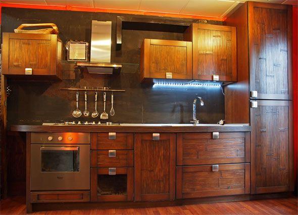 Etno brown cucina materica realizzata con legni indiani dai toni caldi e accoglienti del colore noce in crash bambu, disponibile anche con interni in legno massello completamente componibile su misura.