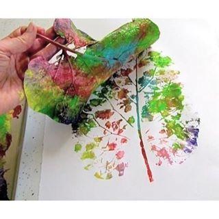 När man gör avtryck av löv kan man välja att måla lövet i fler färger. Himla fint. Bild: Pinterest #pysslamedkidsen #pysselmedkidsen #pysslamedbarn #pysselmedbarn #pyssel #diy #diykids #barnpyssel #pysselinspiration #pysselinspo #barnpysselinspo #inspobarnpyssel #viärallapysselmorsor #kreasiwinspo @inspo_forskolan @barntipsbloggen @barnrumsinspo