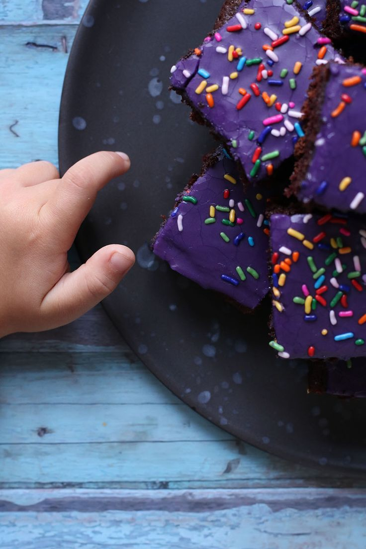 Jeg har tidligere delt en ret så lækker opskrift med dig, på det der efter min mening er en klassisk chokoladekage. Denne opskrift er røget direkte ind på listen over klassiske chokoladekager, hjemme i vores lille hus og denne udgave er en af de der bløde og svampede af slagsen. Det er den mest perfekte bradepandekage, som især vil gøre stor glæde som uddeling i skolen eller børnehaven, alt afhængig af sukkerpolitikken i jeres kommune naturligvis. I vores børnehave er der 0 sukker politik…