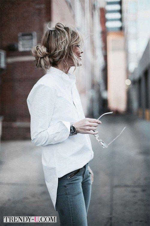 Белая рубашка оверсайз в сочетании с джинсами