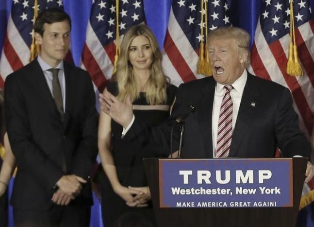 Nepotisme Trump tunjuk menantunya jadi penasehat presiden  WASHINGTON (Arrahmah.com) - Menantu Presiden AS Donald Trump Jared Kushner akan menjadi penasihat senior Gedung Putih dalam bidang perdagangan dan Timur Tengah ungkap para pejabat transisi Senin (9/1/2017) dalam kasus yang jarang terjadi dari anggota keluarga dekat presiden dekat menduduki posisi pekerjaan utama .    Trump dalam sebuah pernyataan pada hari Senin (9/1) yang mengumumkan penunjukkan tersebut menyebut Kushner adalah…