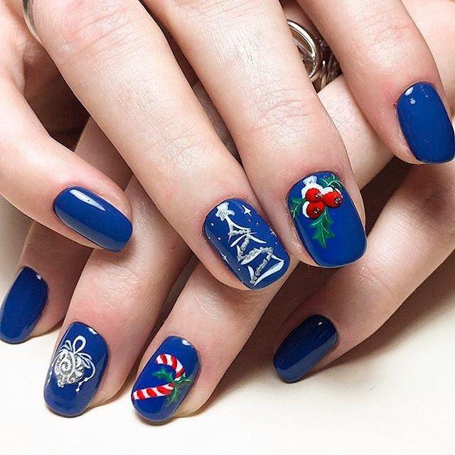 Синий новогодний маникюр с дизайном - елочное украшение, леденец, елочка