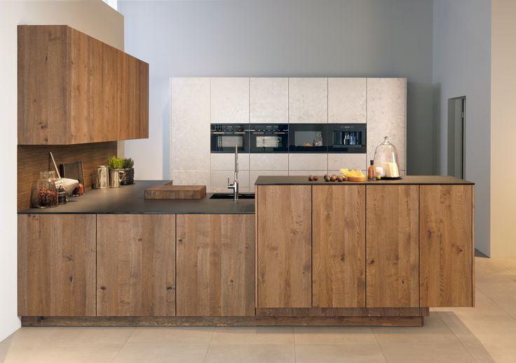Küppersbusch bietet bei den Design-Kits mit Holzeinlage die Möglichkeit zur Kooperation mit namhaften Küchenmöbelherstellern. Mit zeyko wurde bereits die erste Küche realisiert: Forum Alteiche.
