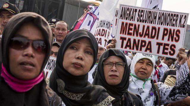 Tuntutan Guru Honorer Dikabulkan, Demo Berakhir dengan Haru | Majalah Kartini