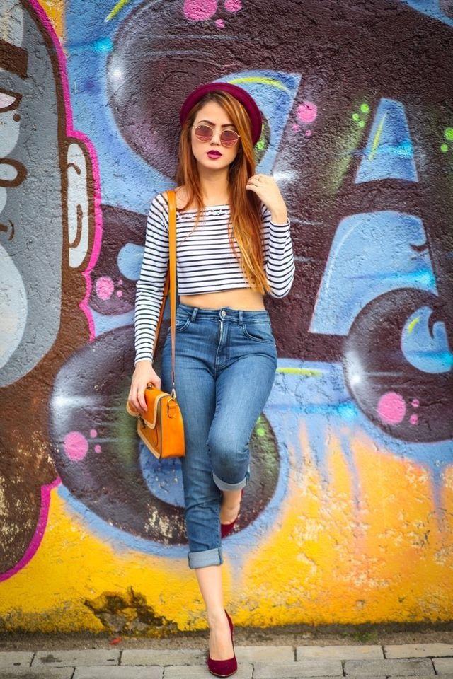 Calças jeans são peças muito básicas e que todos têm em seu guarda roupa, mesma calça e outras peças e acessórios compõe um look novo.