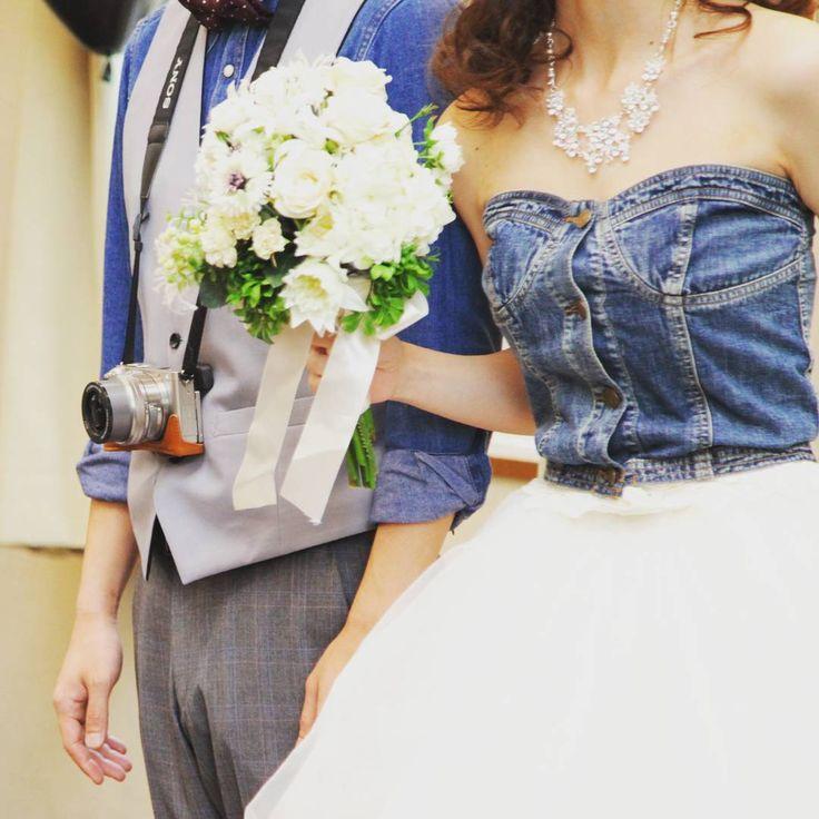 特別な1日にも、 いつものふたりらしさを。 デニムコーデとご趣味のカメラをプラス✨ #結婚式 #熊本結婚式 #weddingday #グアム婚 #帰国後party #weddingdress #デニム #蝶ネクタイ #カメラ #ビスチェ #ブーケ #レストランウェディング #会費制ウェディング #少人数ウェディング #少人数結婚式 #プレ花嫁 #卒花嫁 #レイトゥエルヴコンシェルジュ #レイウエディング熊本 #三年坂 #光の森 #はません #ウエディングプランナー と #花嫁 は #同じ #小学校 で #意気投合 #世代は違うけどね^^ http://gelinshop.com/ipost/1524410100017908621/?code=BUnyujHlcuN