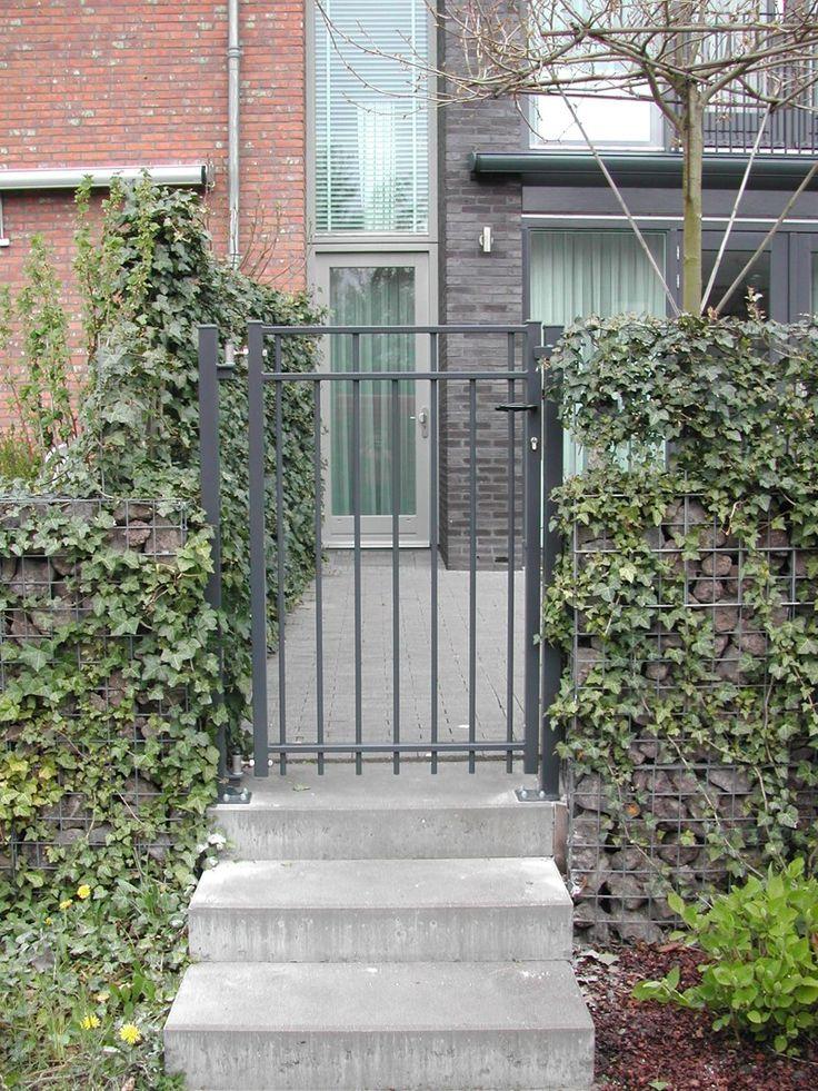 Looppoorten Bantam (3). Looppoort, poort van metaal maatwerk. De poort is vaak een aanvulling op het sierhekwerk in de voortuin, tuin.