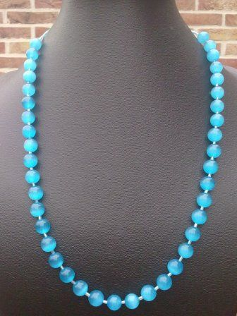 halsketting van licht blauwe cateye kralen gescheiden door kleine staafjes € 20,0