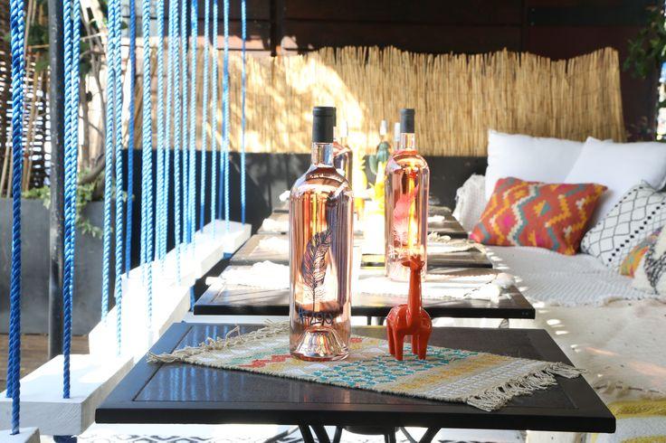 Le nouveau rosé #Lou, petit frère de Peyrassol (les vignes les plus chics de Provence) a installé un bar en plein air sur le chicissime ponton de la plage parisienne, face à la Maison de la Radio. Le rendez-vous parfait pour chiller chic entre copines.