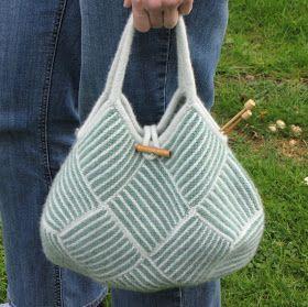Fandt den oprindelige, japanske opskrift til denne strikkede taske på Ravelry - men den er meget ordfattig, og har derfor hovedsag...