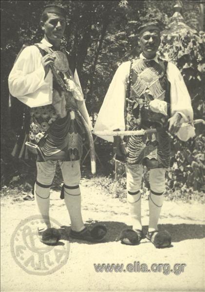 άνδρες με παραδοσιακές ενδυμασίες του Στράτου Αιτωλίας.1937.