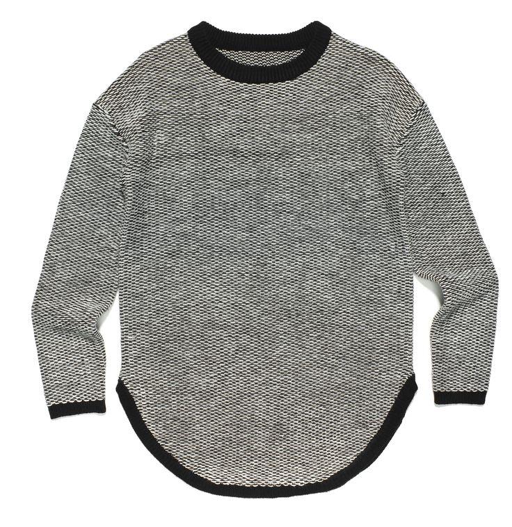 fr-m2, czarny sweter, zakończony na dole półksiężycem, z czarnymi wykończeniami