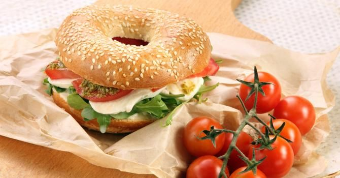 Recette de Bagel minceur à l'italienne. Facile et rapide à réaliser, goûteuse et diététique. Ingrédients, préparation et recettes associées.